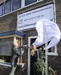 Wethouder Cees van Eijk en bewoonster Marieke van Krugten onthullen het spandoek en geven daarmee het startsein voor het project. (foto: Saskia Berdenis van Berlekom)